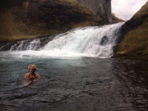 ondernemer Tineke Rensen zwemmen in water van 2 graden. IJsland